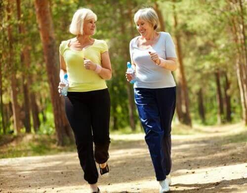 To kvinner i skogen som går for å gå ned i vekt