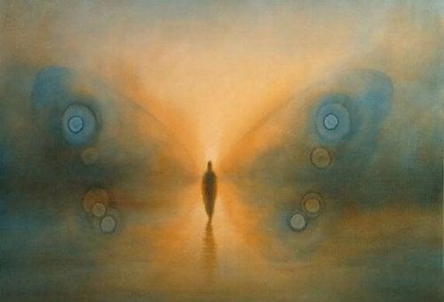 Person med sommerfuglvinger i tåken