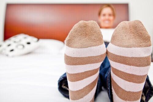 Kvinne med spesielle sokker for å forbedre sirkulasjonen