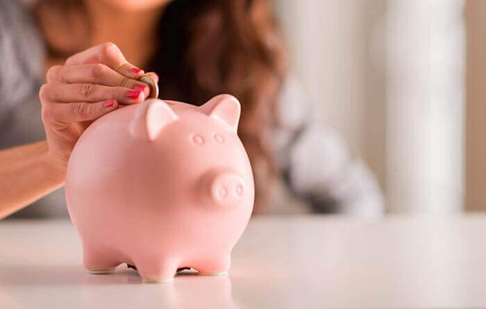 Kvinne sparer penger