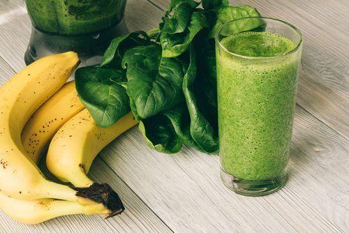 Proteinrik mat, som grønn smoothie og banan