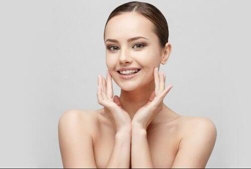 Kvinne masserer halsen