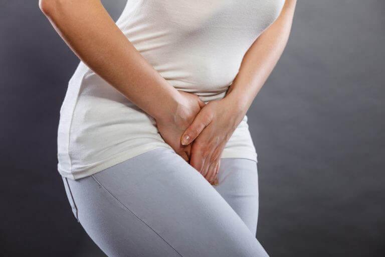 Kvinne med magesmerter i nedre abdomen