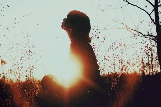 Kvinne alene i naturen