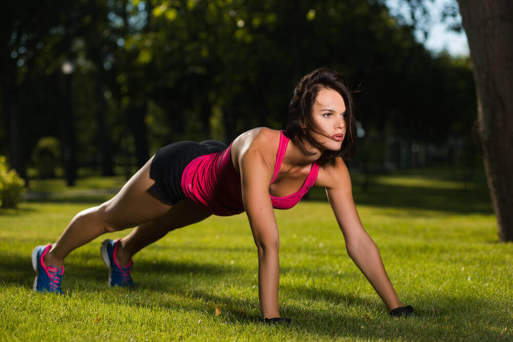 Kvinne gjør push-ups
