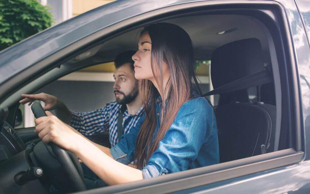 Jente lærer å kjøre