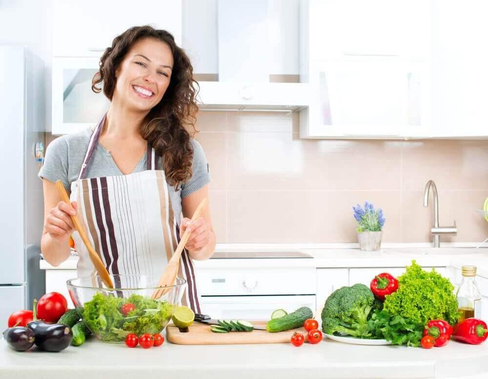 Kvinne lager salat