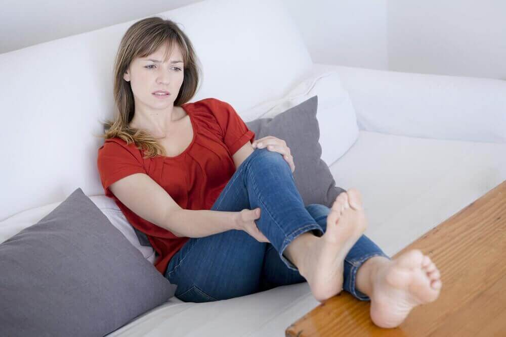 Kvinne med beinsmerter