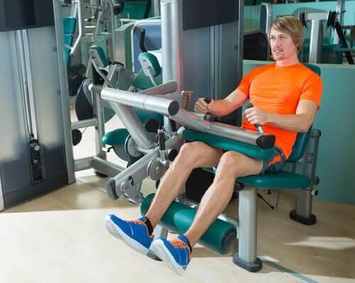 Mann trener for sterke knær