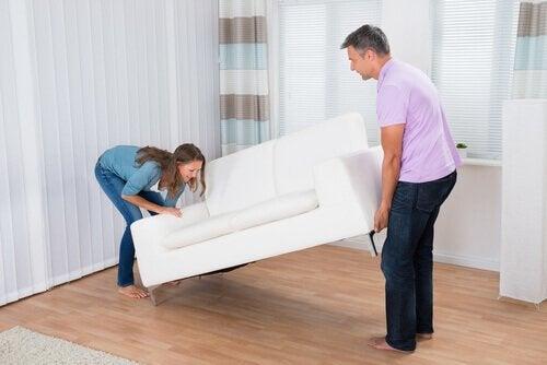 Par har kjøpt en sofa
