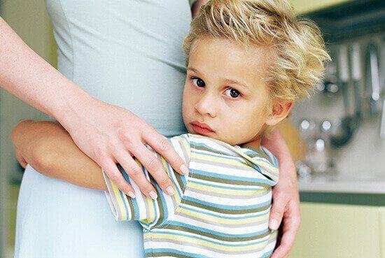 Barn klemmer mor