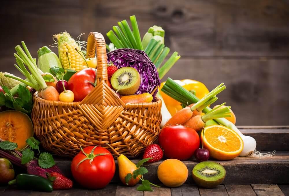 Frukt og grønnsaker i kurv