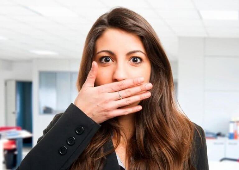 Kvinne med dårlig ånde
