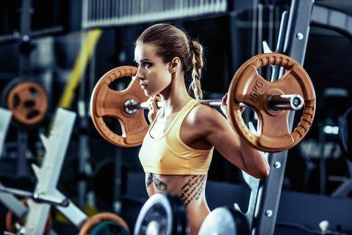 Kvinne løfter vekter
