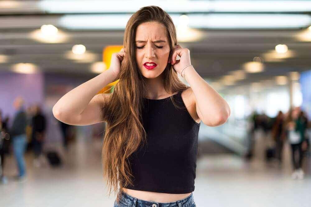 Hva betyr det å ha ringing i ørene?