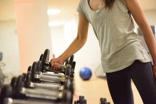 Kvinne løfter mindre vekter