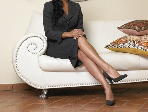 Kvinne sitter med kryssede ben