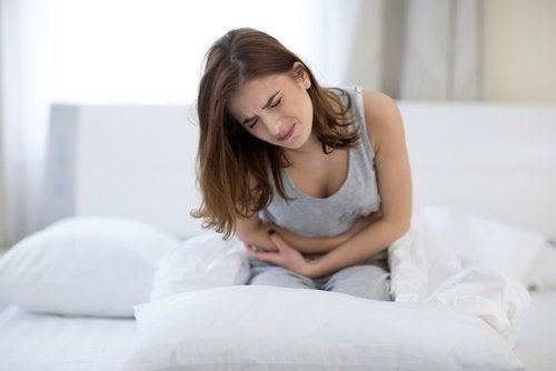 Kvinne med smerter i magen