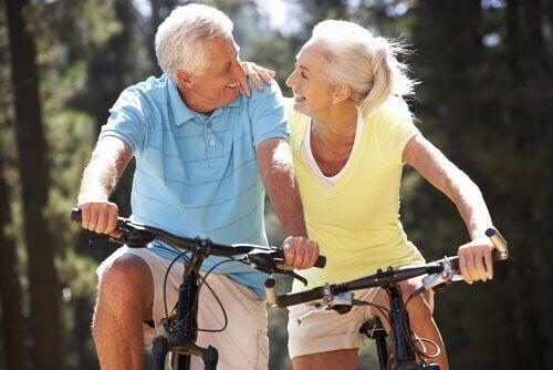 Eldre par sykler sammen