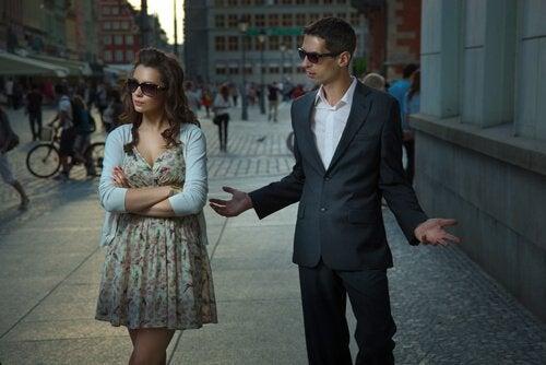 Mann tvinger kvinne til noe
