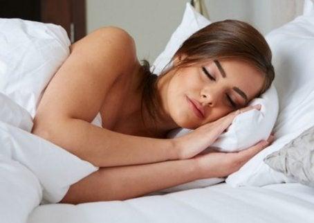 Kvinne sover godt
