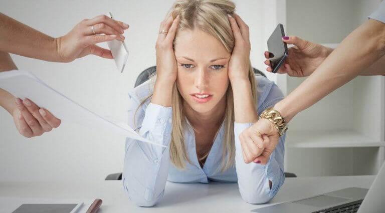 Kvinne føler stress