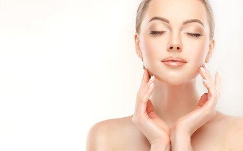 Kvinne med vakker hud vil øke kollagenproduksjonen sin