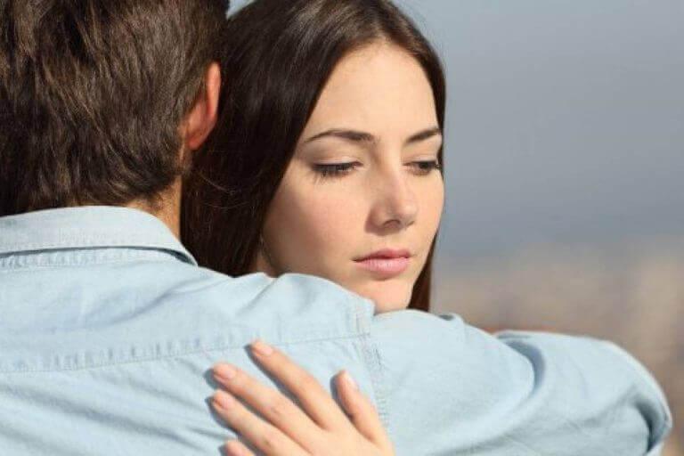 Å bli i et forhold av feil årsaker kan skade deg