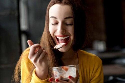 Kvinne spiser dessert