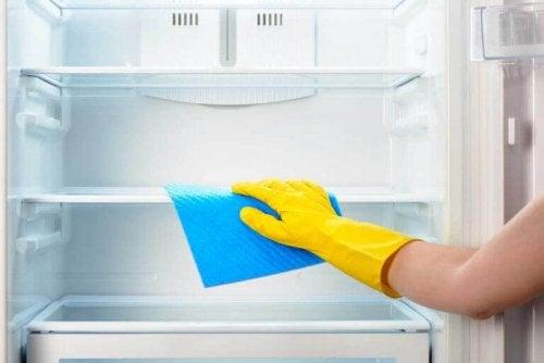 Rengjøring av kjøleskap
