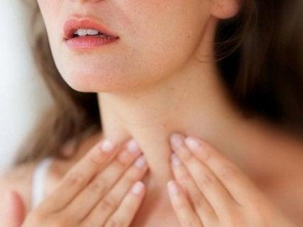 Kvinne med skjoldkjertelproblemer