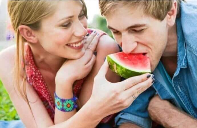 Par spiser vannmelon