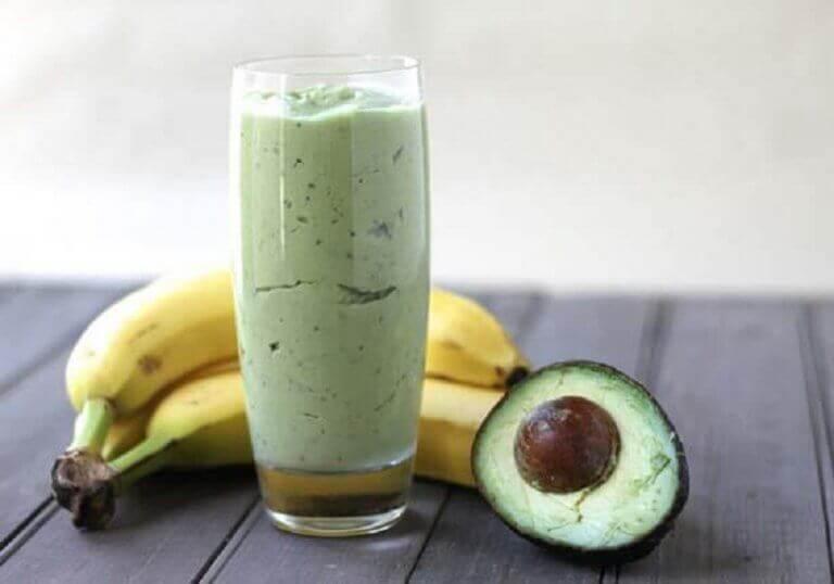 Smoothie med grønn te, avokado og banan
