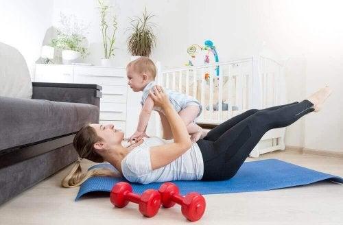 Mor trener med barn