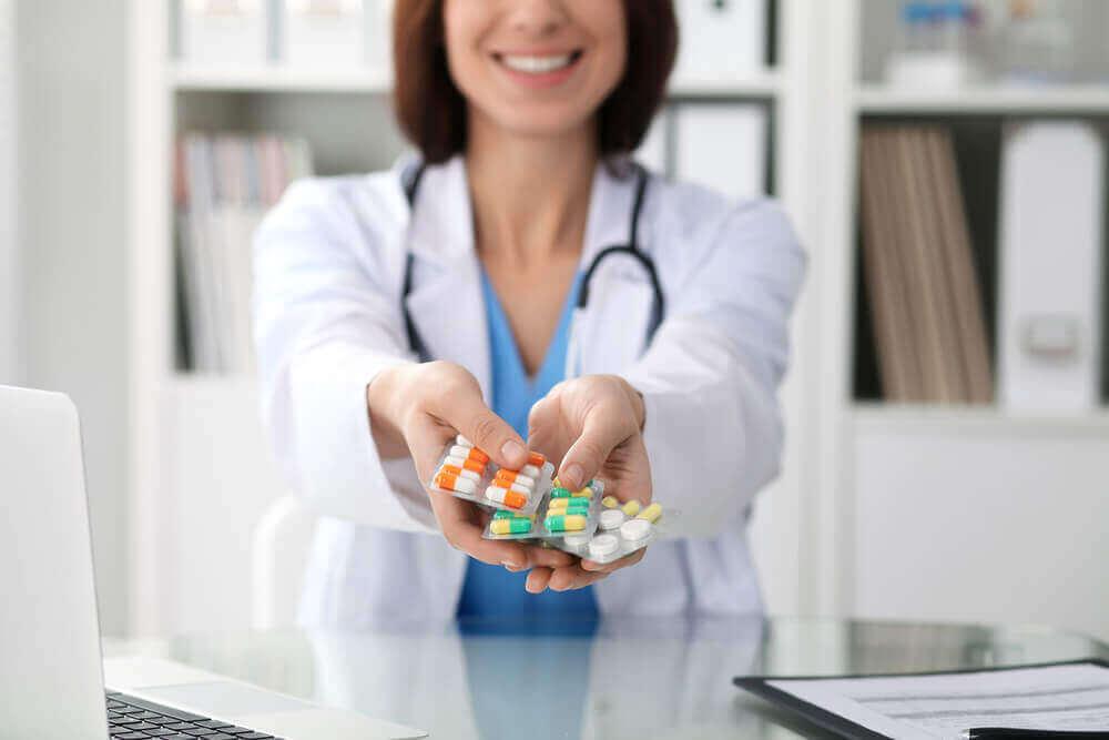 Lege gir medisiner
