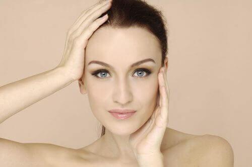 Kvinne med blek hud