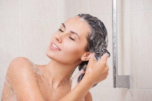 kvinne vasker håret