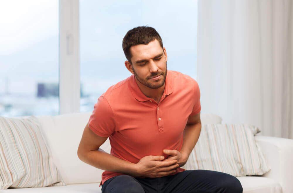 Mann med magesmerter