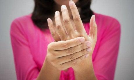 Kvinne med smerter i hendene
