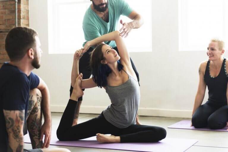 Noen av de beste yogastillingene for å hjelpe deg ned i vekt