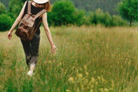 Kvinne går i langt gress