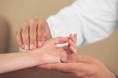 6 enkle håndøvelser for å forhindre irriterende syndromer