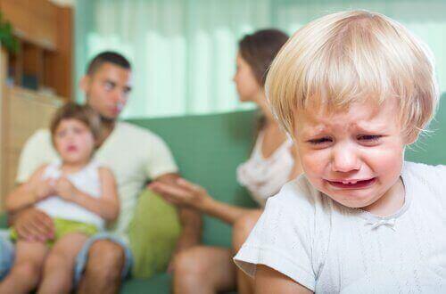 Konsekvenser av å krangle foran barna dine