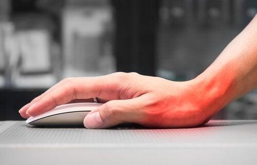 Hånd holder datamus
