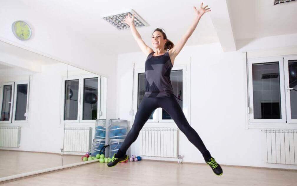 Kvinne hopper stjerne