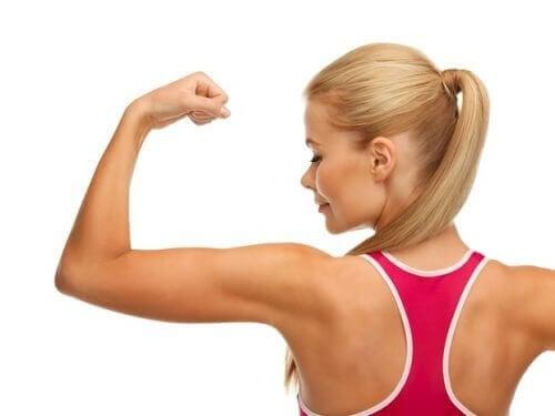 Kvinne med muskler