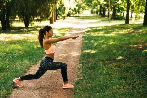 Kvinne trener ute