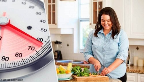 Kvinne lager sunn mat