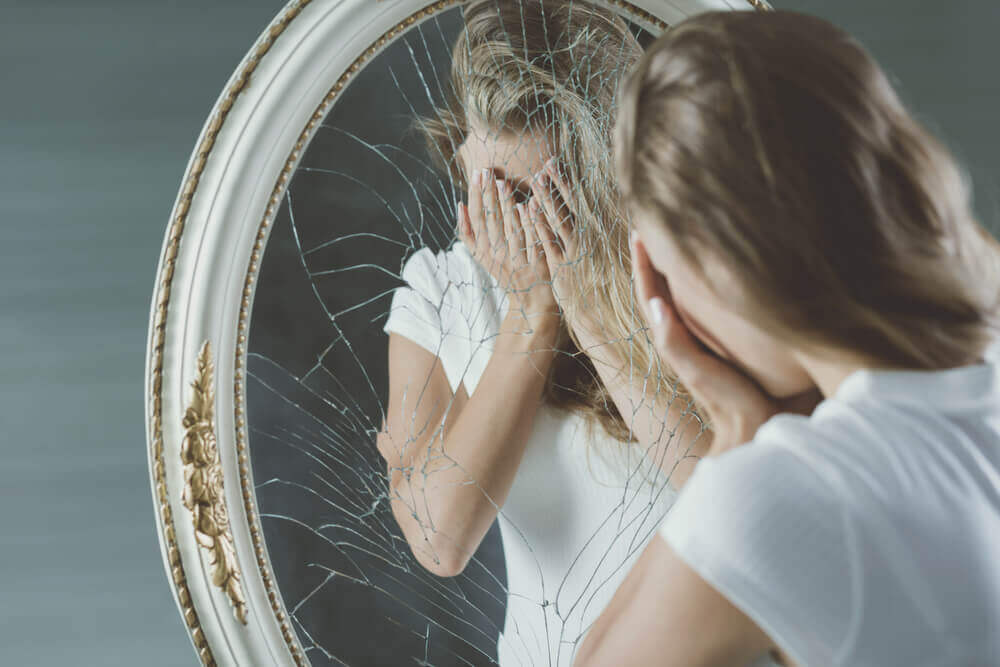 Kvinne og knust speil