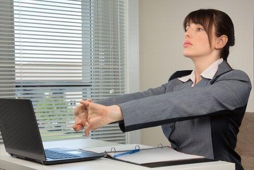 Kvinne utfører håndøvelser på jobb